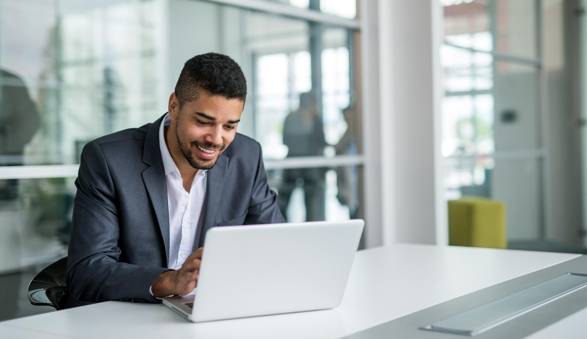 zakenman achter laptop