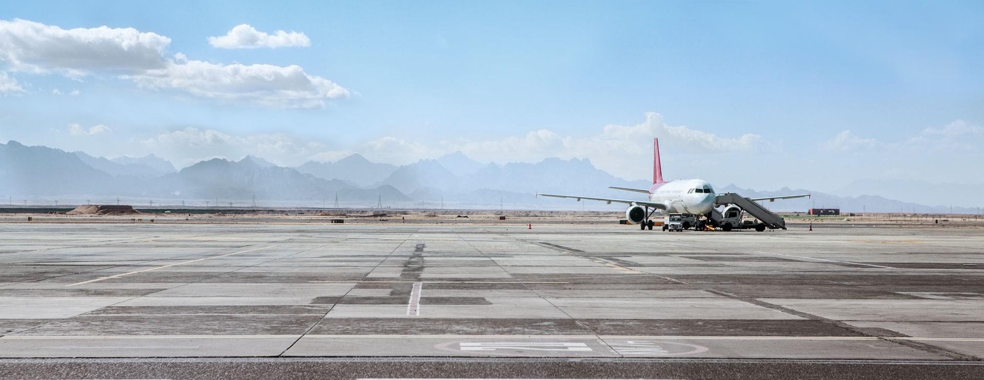 飞机停在机场上
