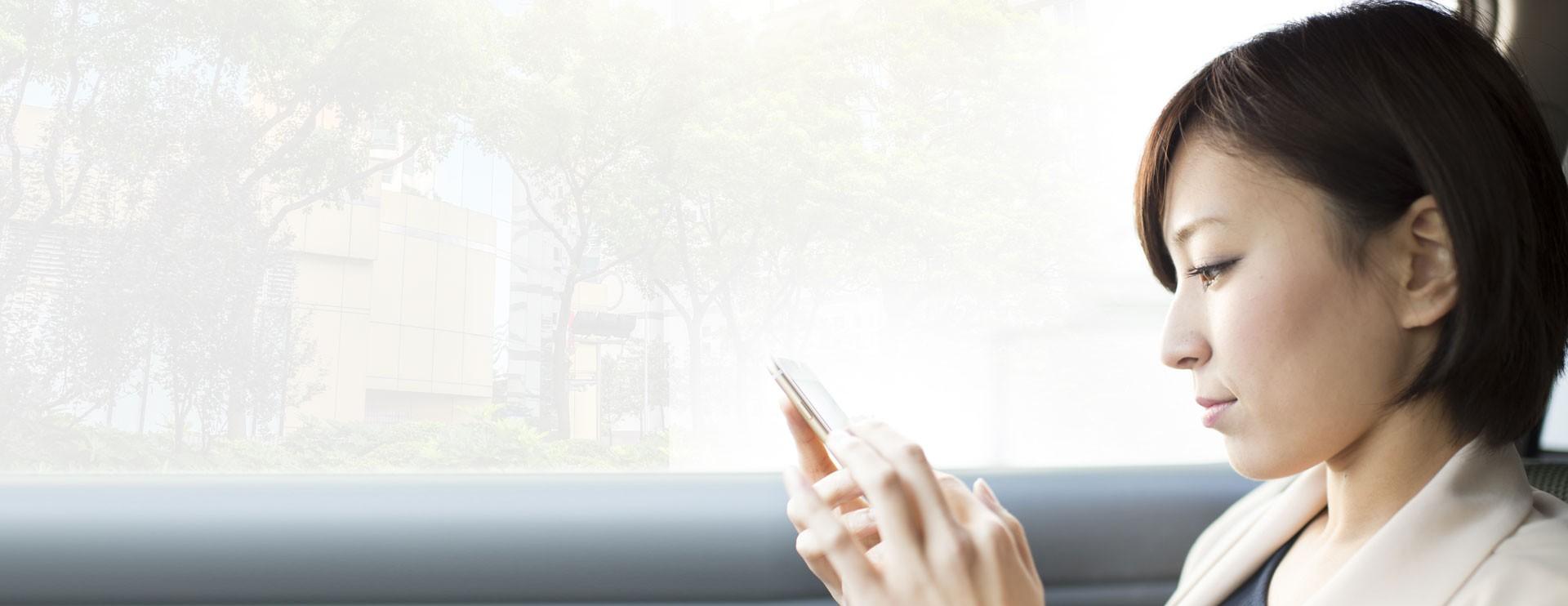 Vrouw leest op smartphone