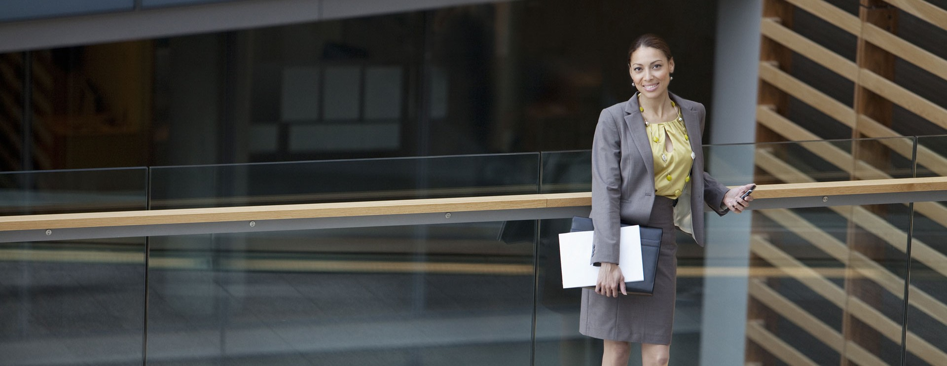 Geschäftsfrau, die stehend Dokumene hält