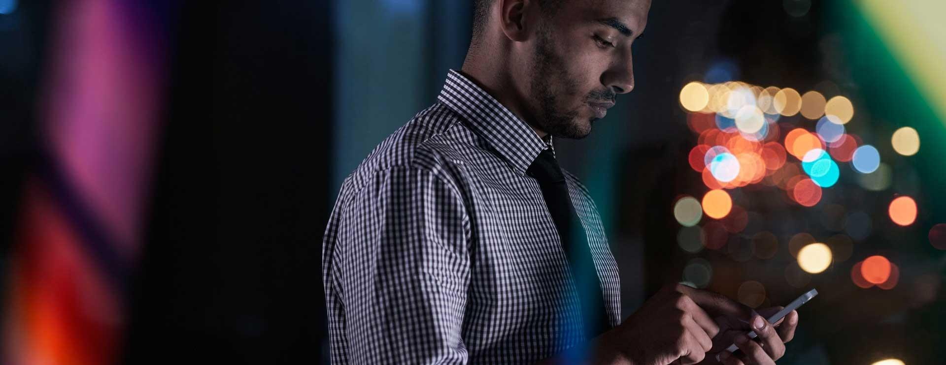 Hombre joven con celular