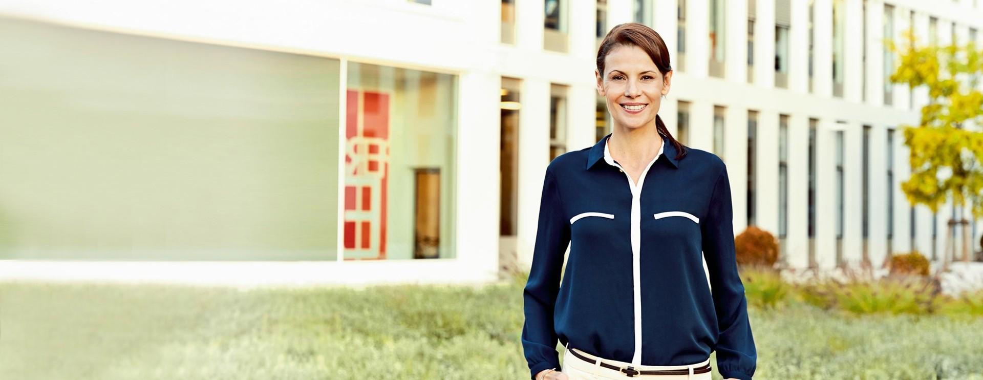 Ihr Kontakt zu AirPlus lächelnde Geschäftsfrau
