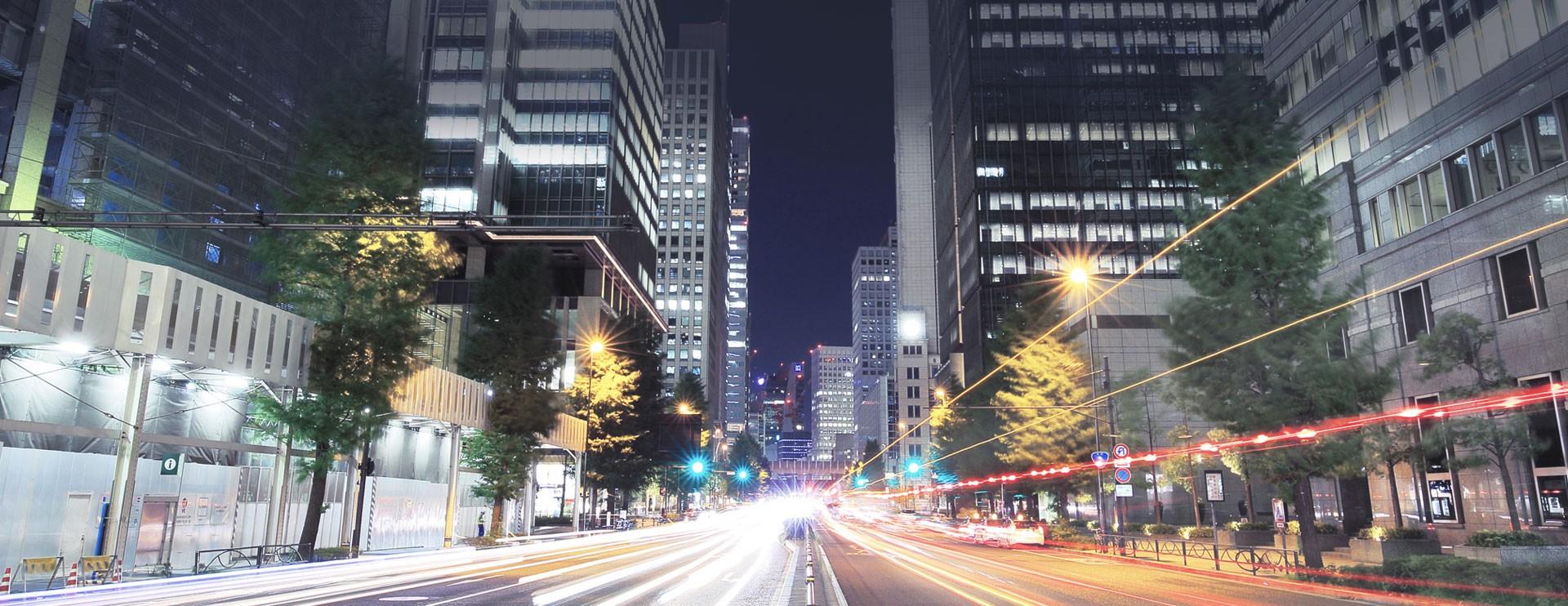Strada tra grattacieli