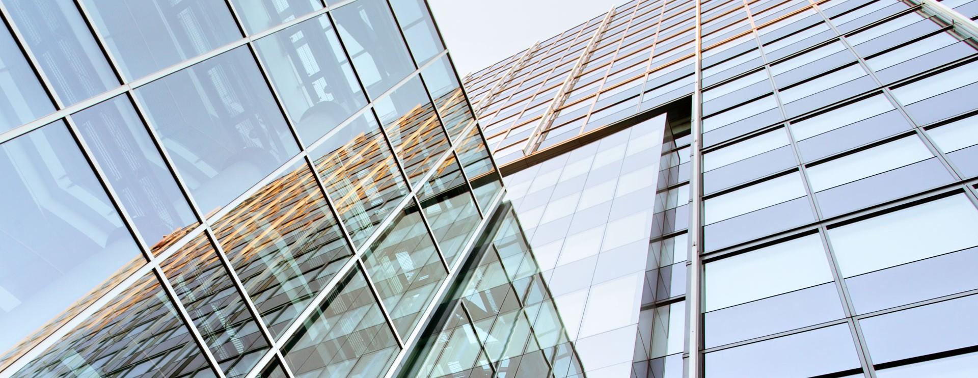 仰视玻璃大楼外景