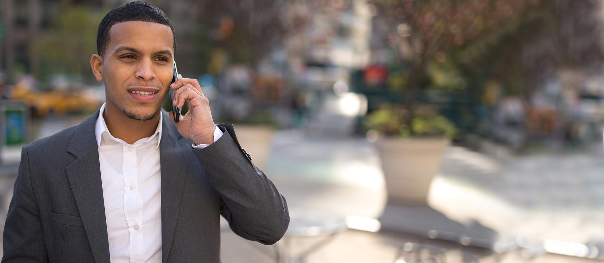 hombre latino hablando por teléfono