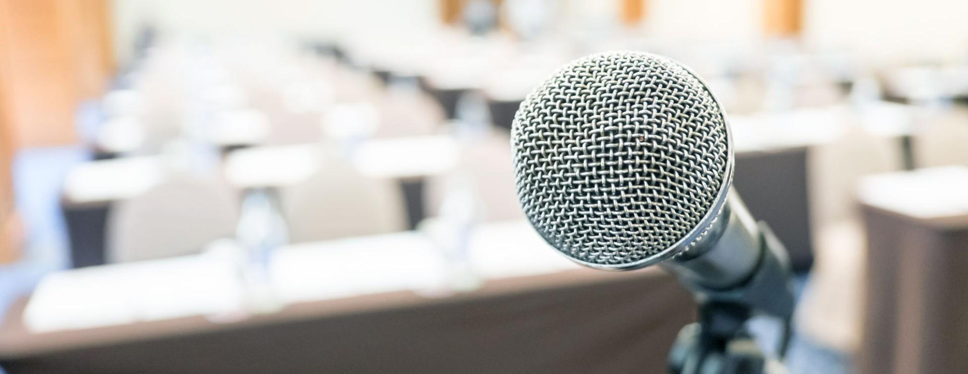 Mikrophon auf einer Bühne