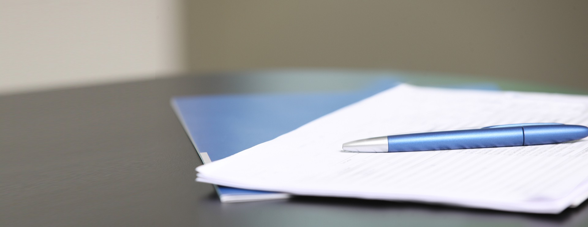 Kugelschreiber liegt auf einem Papier