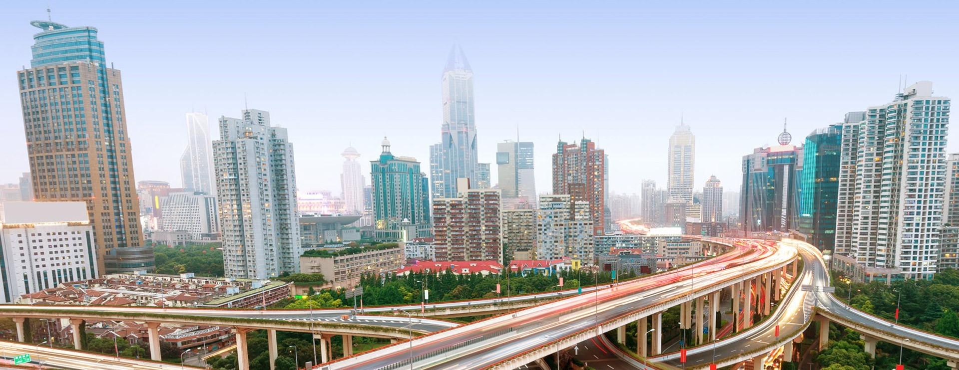 Skyline con strade e grattacieli