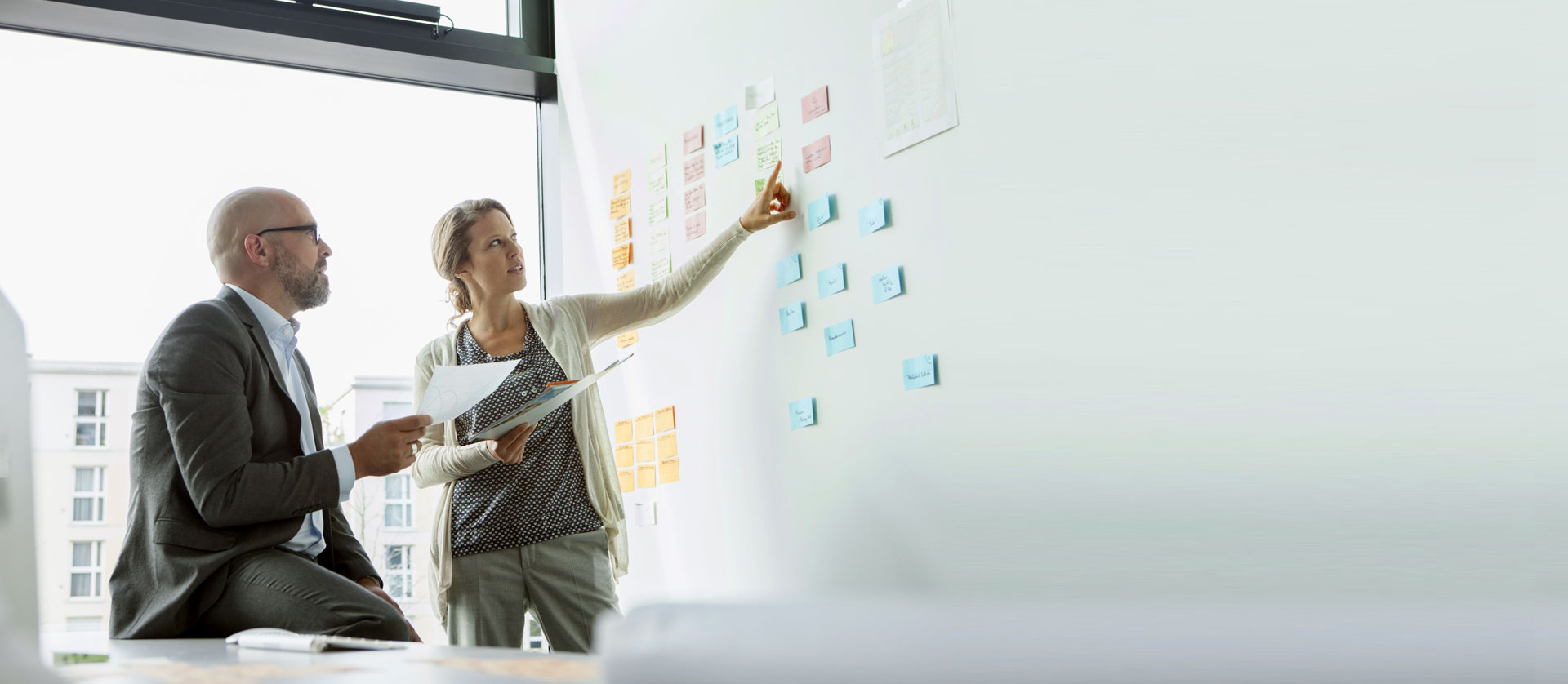 Colleghi che fanno brainstorming