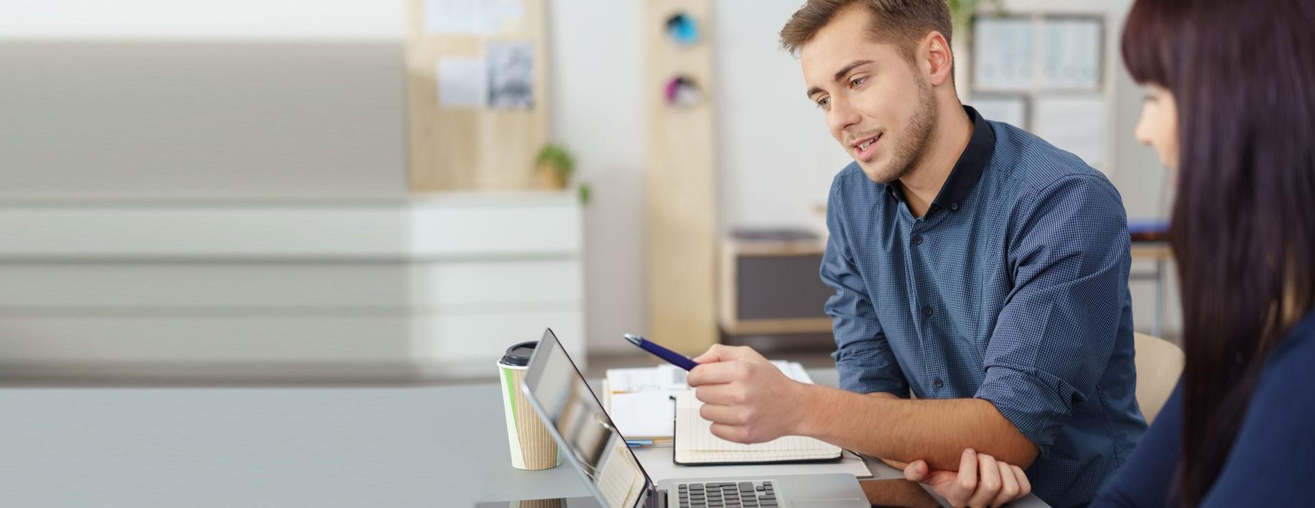 Colleghi che lavorano insieme davanti a un computer