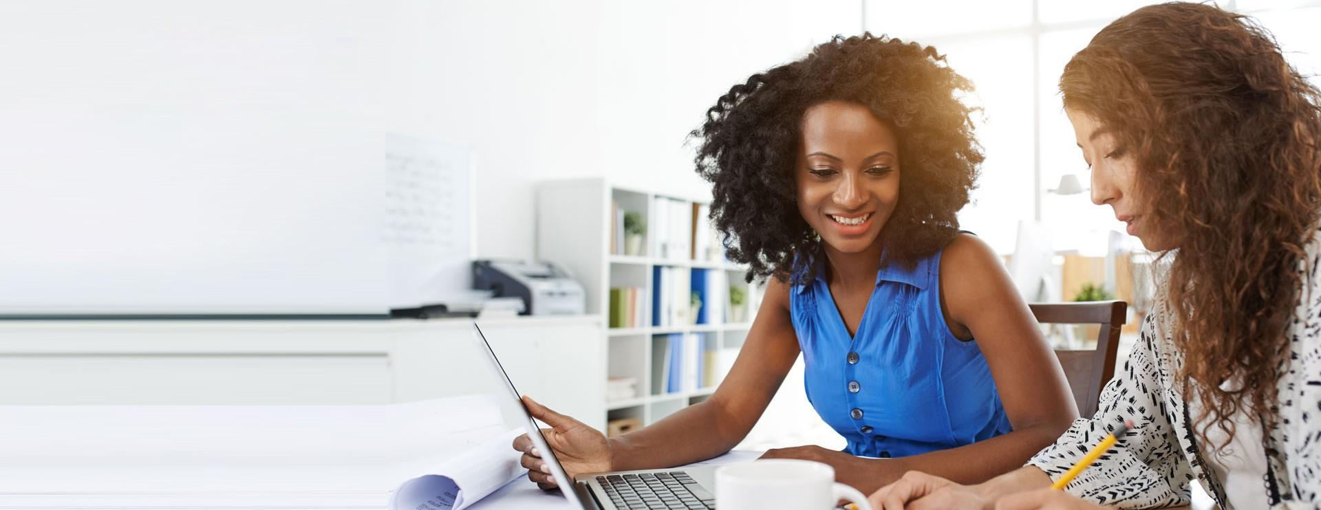 Dos Mujeres frente a laptop trabajando