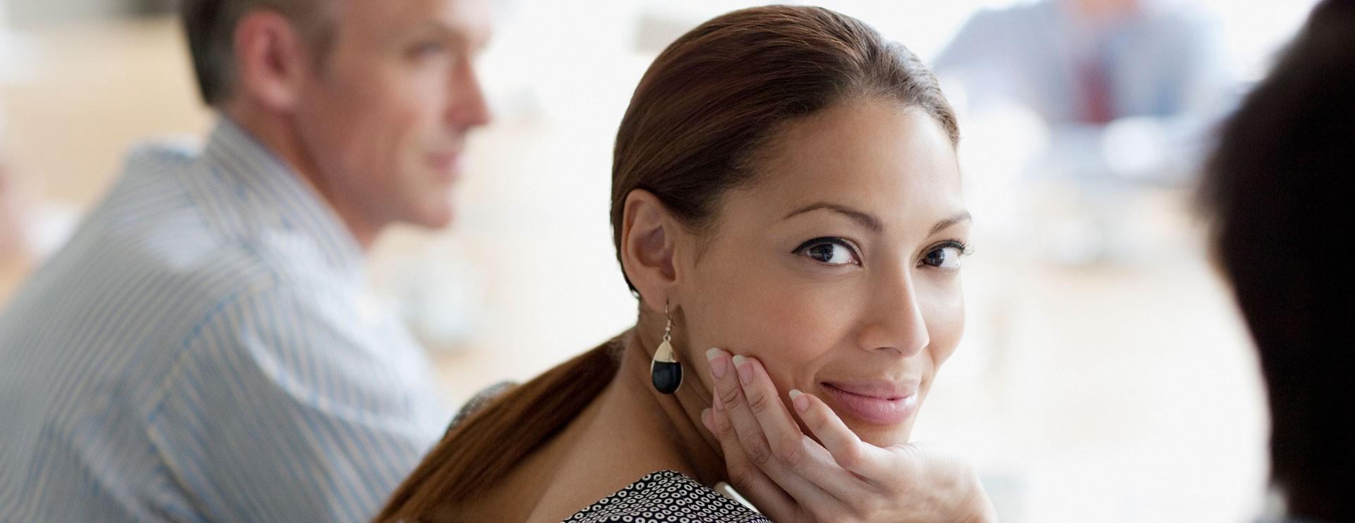 Mujer profesiona latina en renión