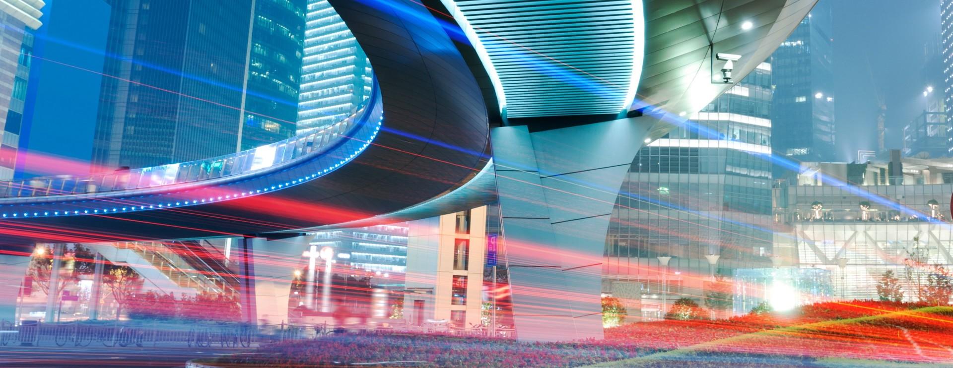 Vue d'un bâtiment de la ville et d'un viaduc d'autoroute la nuit à Shanghai.