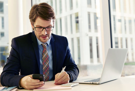 businessman reading AirPlus Studys mobile laptop