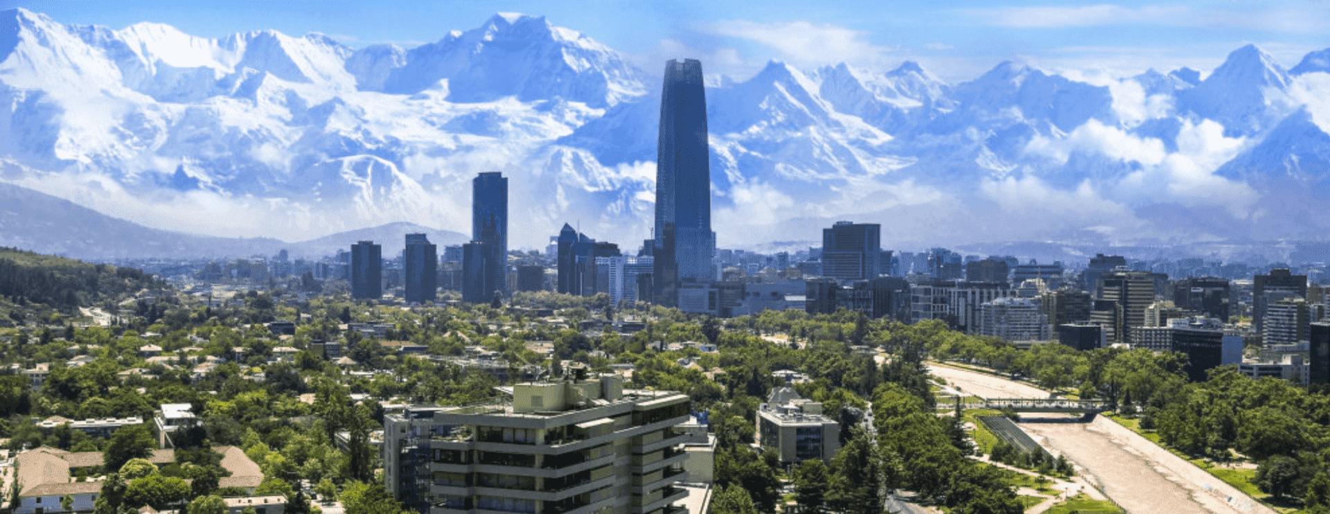 città con grattacieli e alberi e montagne nello sfondo