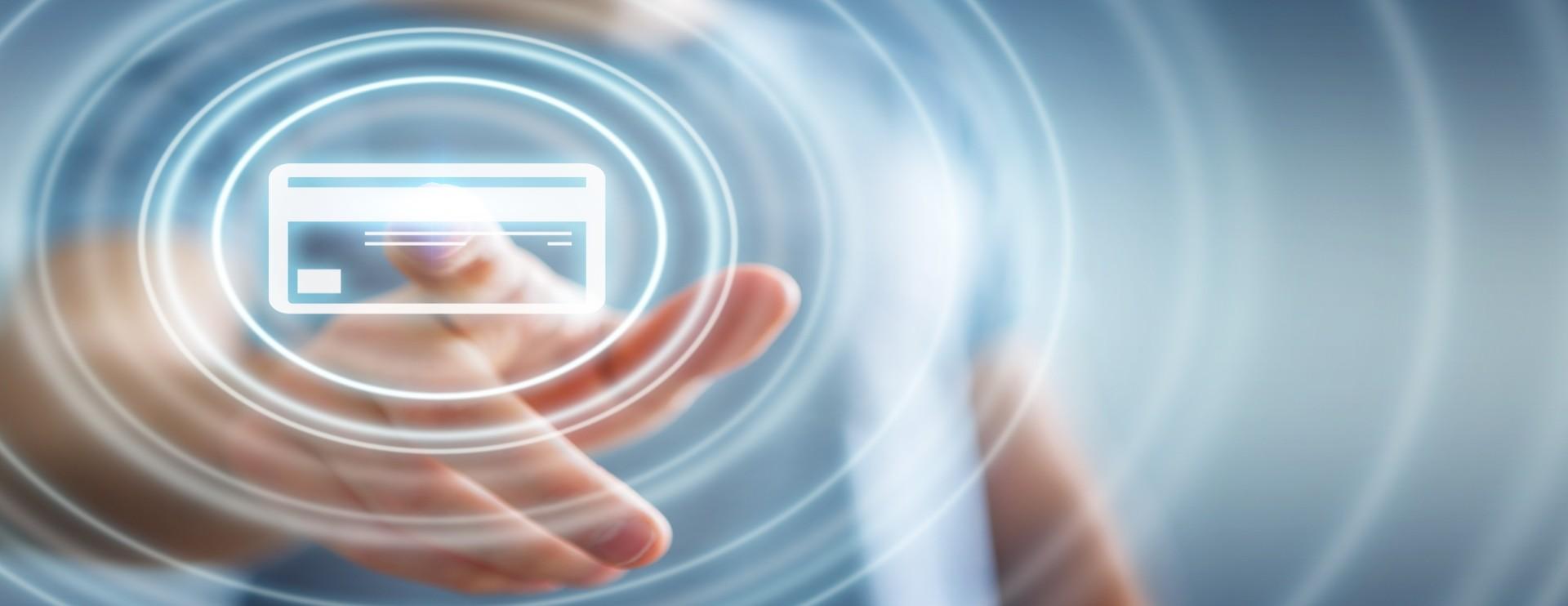 Carta di credito digitale premuta su uno schermo virtuale